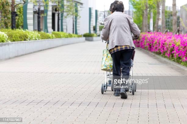 歩行補助器具を持つ高齢者。 - 老化 ストックフォトと画像