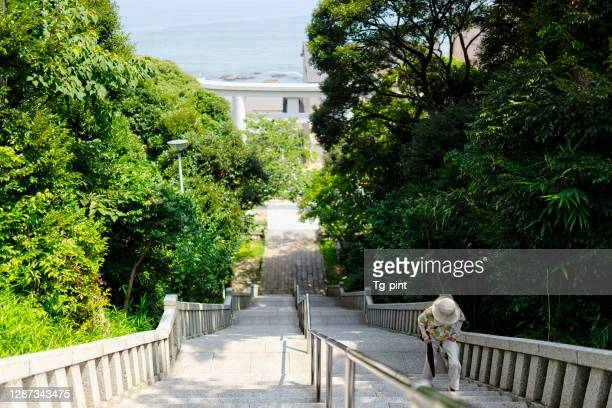 急な階段を登る高齢の女性 - 茨城県 ストックフォトと画像