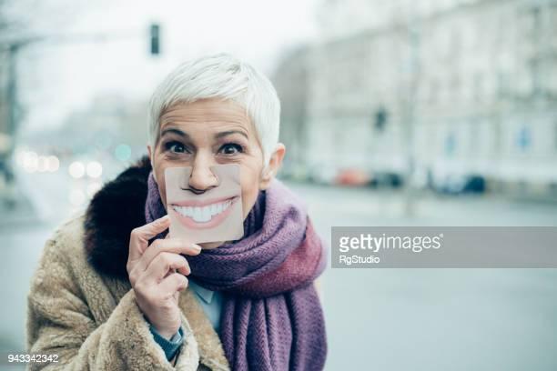 bejaarde vrouw plezier - jong van hart stockfoto's en -beelden