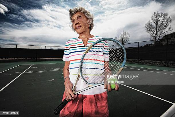 elderly woman holding tennis racket and standing on tennis court, grand junction, mesa county, colorado, usa - robb reece bildbanksfoton och bilder