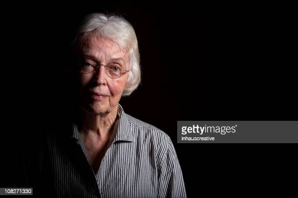 Ältere Frau im Dunklen