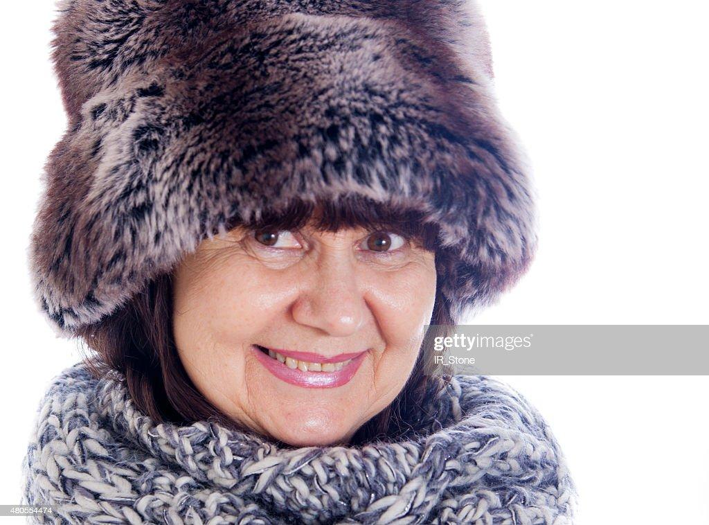 Mujer de edad avanzada en invierno fir sombrero y bufanda de lana : Foto de stock