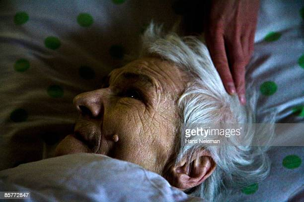 elderly woman lying on her death bed. - tod stock-fotos und bilder