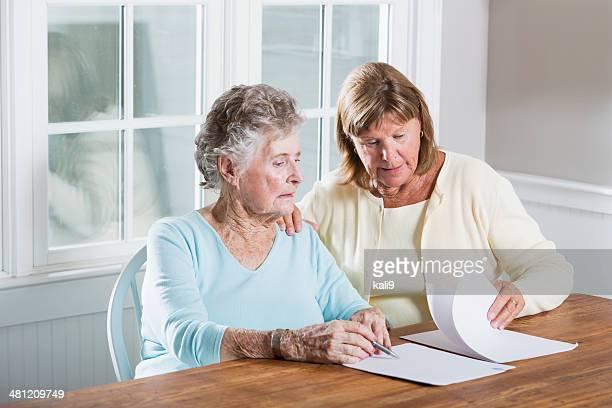 Ältere Frau Lesung Papierkram