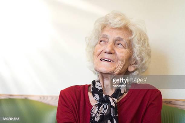 Idosos mulher sentada na sala de espera de médico no escritório