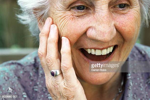 elderly woman smiling, close-up - stralende lach stockfoto's en -beelden