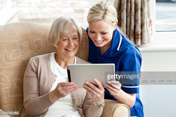Ältere Frau mit digitalen Tablet