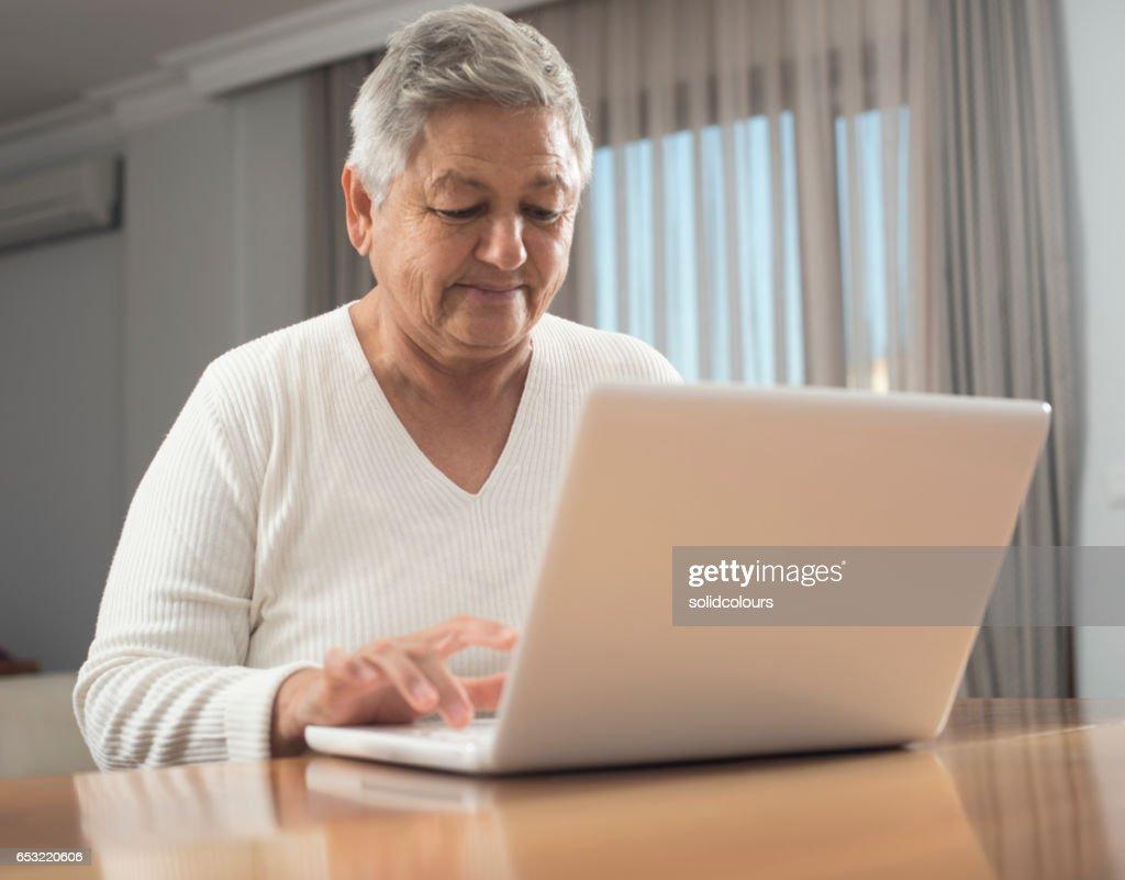 Ältere Frau mit laptop : Stock-Foto