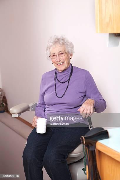 mulher idosos com stairlift: lar de idosos - elevador de escada imagens e fotografias de stock