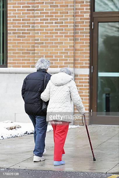 高齢者の女性のウォーキング、ケイン
