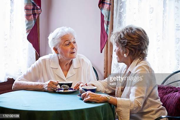 Ältere Damen trinken Tee und reden