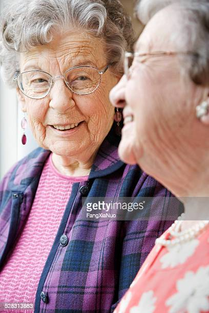 高齢者の女性の老人ホームで話している
