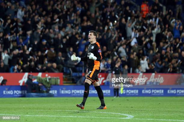 Eldin Jakupovic of Leicester City celebrates after Jamie Vardy of Leicester City scores to make it 21 during the Premier League match between...