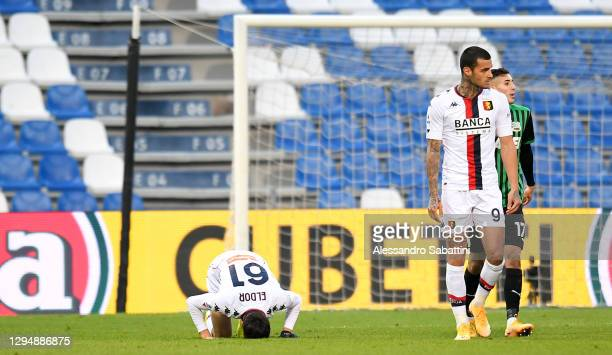 Eldor Shomurodov of Genoa celebrates after scoring their team's first goal with his team mates during the Serie A match between US Sassuolo and Genoa...