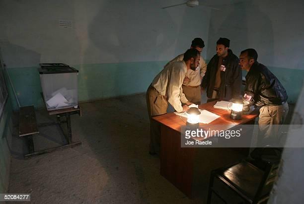 election officials take preliminary count in ramadi - joe raedle foto e immagini stock