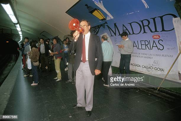 Electoral campaing of Ramon Tamames in the subway of Madrid