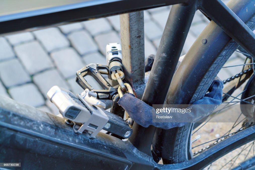 E-Bike, mit mehreren starken Schlösser und Ketten gefesselt : Stock-Foto