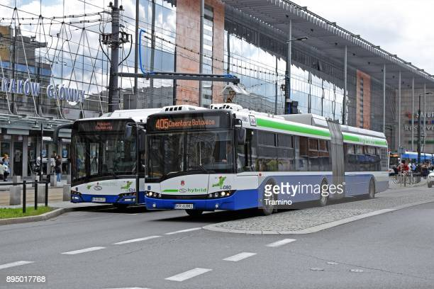 Elektrobus und Hybrid-Bus auf der Straße