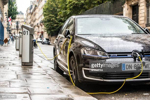 carga de carro elétrico na rua paris, frança - volkswagen - fotografias e filmes do acervo