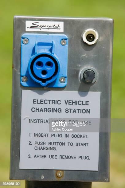 electric car charging point at bedzed - bedzed fotografías e imágenes de stock