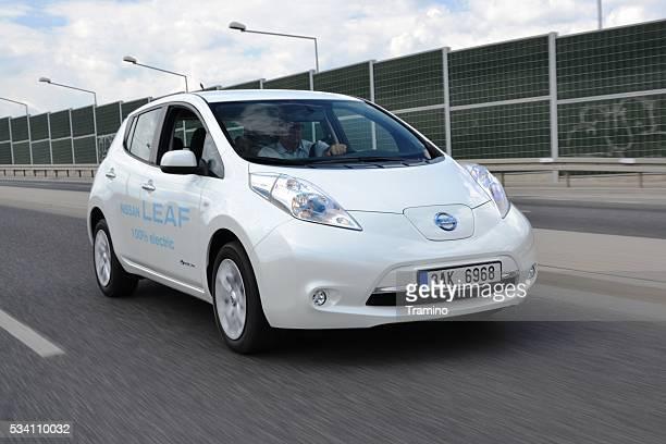 eléctrica coche en movimiento - electric car fotografías e imágenes de stock
