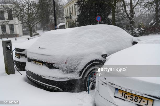 """electric cars charging at an electric vehicle charging station during a cold winter day - """"sjoerd van der wal"""" or """"sjo"""" stock pictures, royalty-free photos & images"""