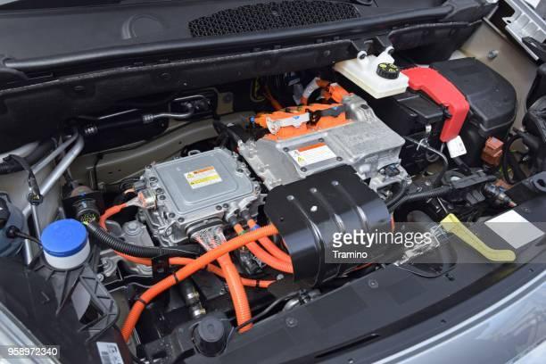 motor eléctrico en un coche moderno de nissan - electric car fotografías e imágenes de stock
