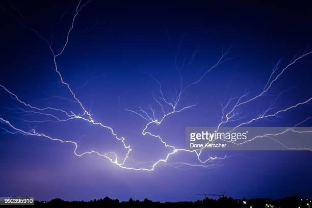 electric fingers - gewitterblitz stock-fotos und bilder
