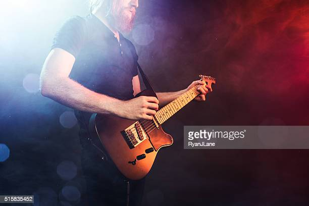 Eléctrico guitarrista tocando concierto