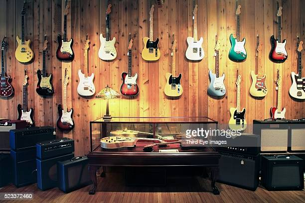 electric guitars and amplifiers in music store - chitarra foto e immagini stock