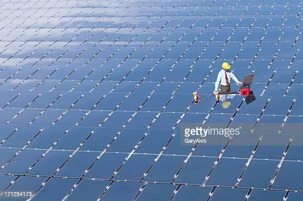 ingeniero en electricidad en panel solar campo - con eficaz consumo de energía fotografías e imágenes de stock