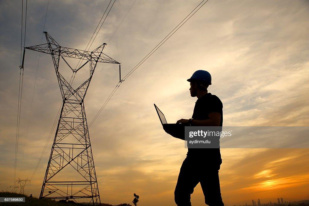 電気エンジニアながら laptopl : ストックフォト