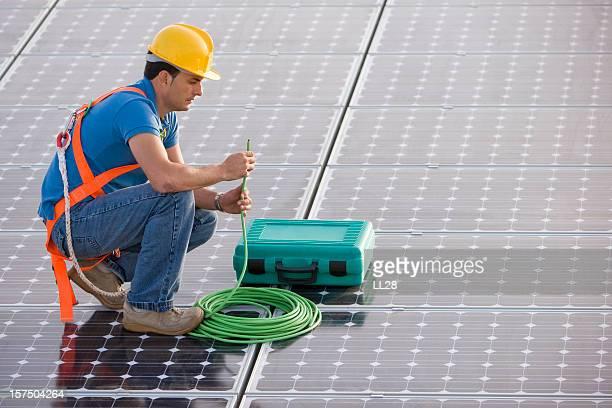 Elektriker Inspektion Kabel in einem photovoltaic farm