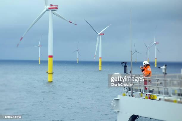 elektriker som gör inspektion av telekommunikation och athena på offshore-plattform - vindsnurra jordbruksbyggnad bildbanksfoton och bilder