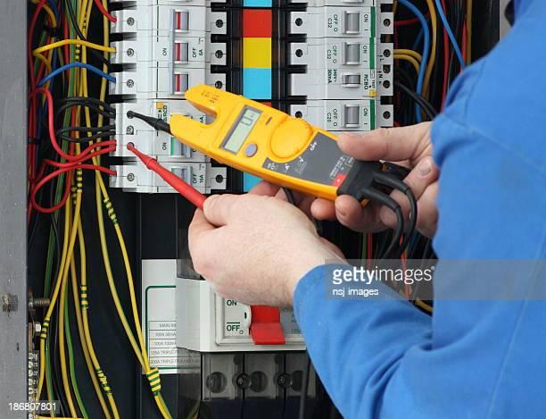 Eletricista ensaio de tensão numa caixa de fusíveis