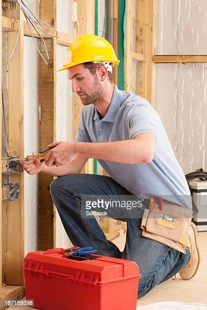 Elektriker Arbeiten an einem Haus