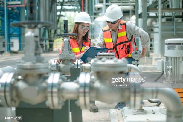 engenheiro de eletricidade e seu supervisor em instalações industriais - indústria - fotografias e filmes do acervo