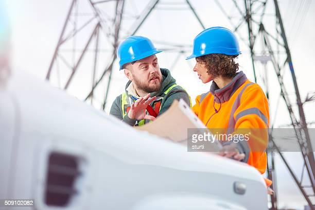 Strom Ingenieure unter einem Mast
