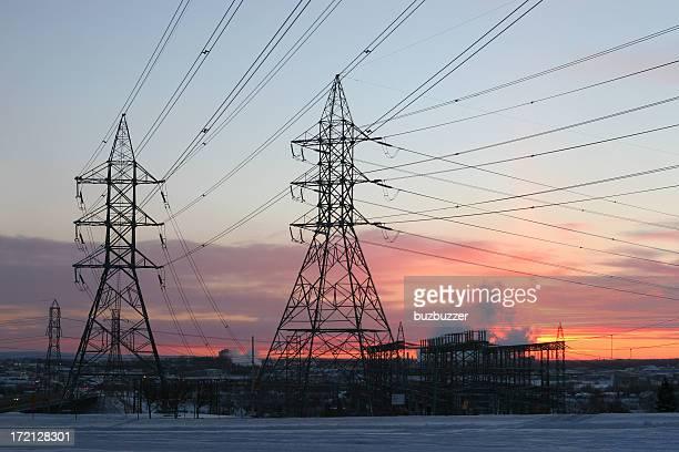 送電鉄塔とラインで冬のサンセット - buzbuzzer ストックフォトと画像