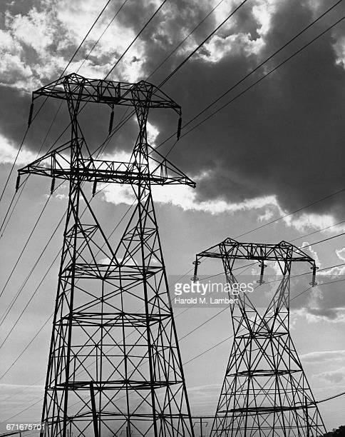 electricity pylon and power lines at dusk - {{ contactusnotification.cta }} stockfoto's en -beelden