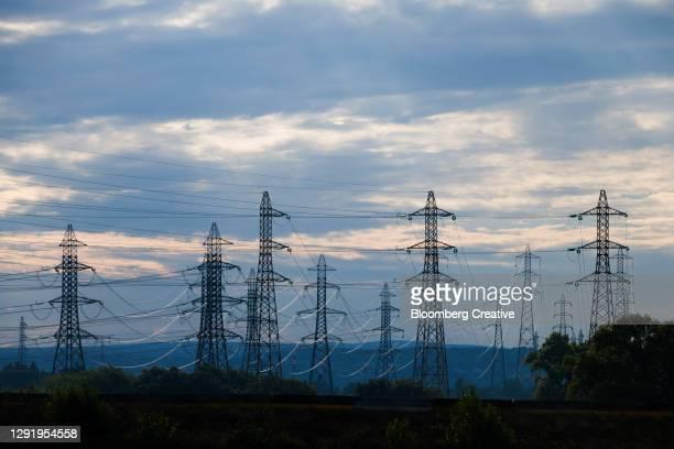 electricity pylons - hoog stockfoto's en -beelden