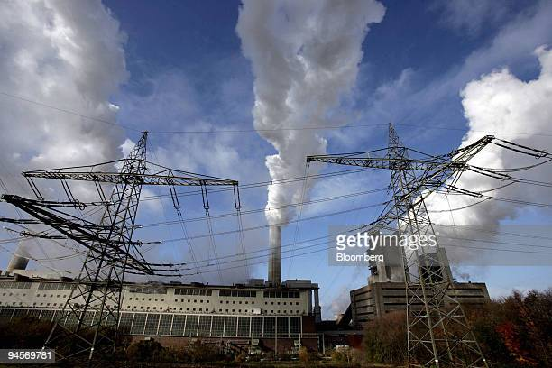 Electricity pylons stand outside the RWE owned Frimmersdorf coal power plant near Grevenbroich, Germany, on Friday, Nov. 9, 2007. Grevenbroich, the...