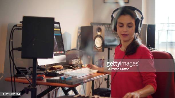 electronic music woman - electronic music stock pictures, royalty-free photos & images