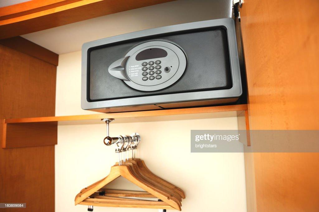 Electrónica segura no hotel de guarda-roupa : Foto de stock
