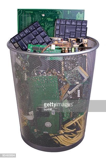 Los residuos electrónicos para eliminarlos o computadora Contenedor de reciclaje poner verde