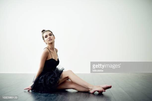 eleganz und anmut sind ihre ziele - balletttänzer stock-fotos und bilder