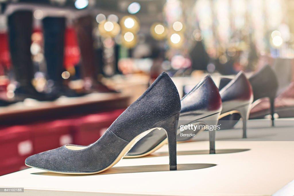 高級店で黒人女性のエレガントな靴 : ストックフォト