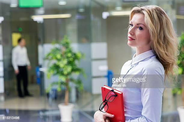 Élégante blonde femme d'affaires au bureau de l'intérieur
