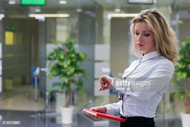Elegante Blondine Geschäftsfrau im Büro