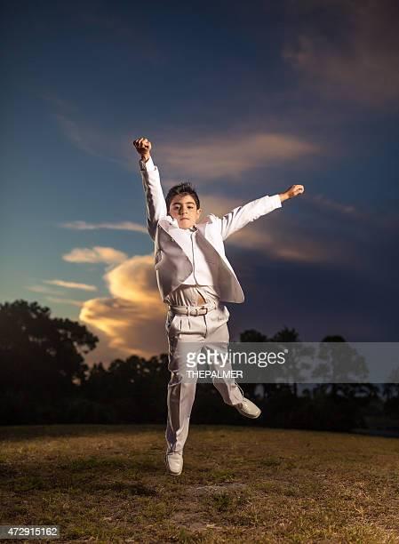 Elegante ragazzo saltare